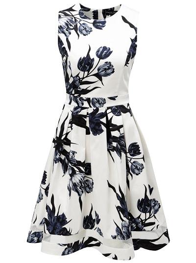 Bílé tradiční šaty s modrými květinovými motivy povedeným designem a střihem Dorothy Perkins